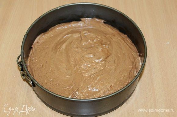 Бортики формы 20 см слегка смазать сливочным маслом, дно застелить бумагой для выпечки, выложить тесто и разровнять. Выпекать при 180°С около 15 — 20 минут.