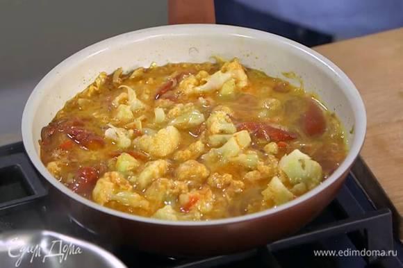 Яйца разбить в миску, посолить, слегка взбить венчиком и вылить в сковороду с овощами.