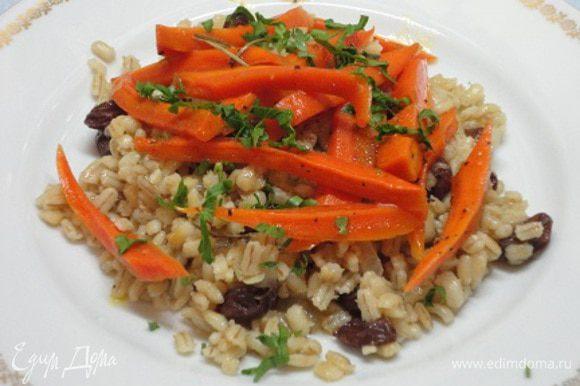Разложите по тарелкам пилав с морковью, посыпьте мелко нарезанной петрушкой.