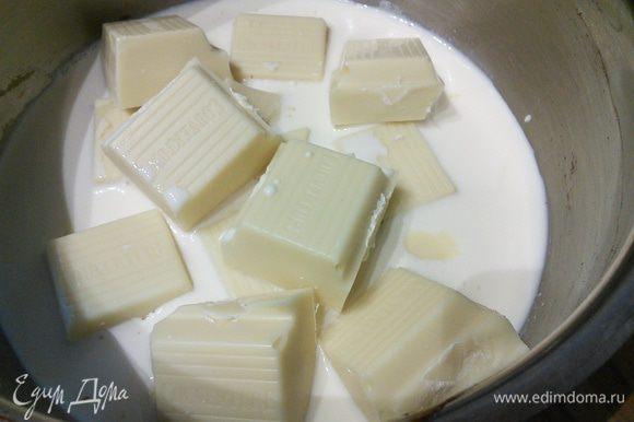 Пока тесто охлаждается, займемся кремом: для этого нужно растопить на маленьком огне в сотейнике белый шоколад и сливки.