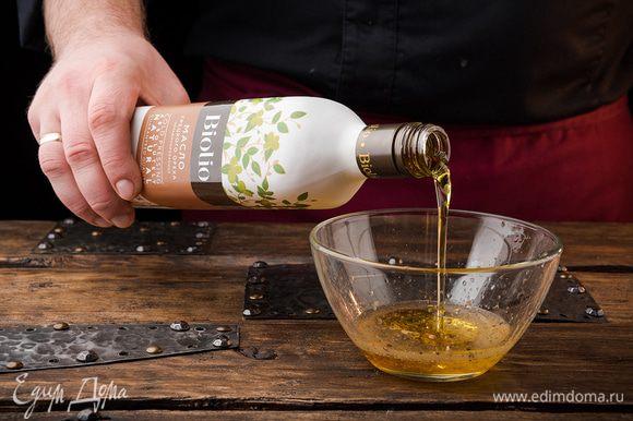 Готовим заправку для салата. Для этого смешиваем масло грецкого ореха Biolio с медом, лимонным соком и специями.