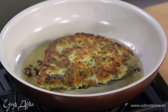 Разогреть в сковороде оливковое масло и обжаривать рыбу до появления золотистой корочки, затем перевернуть, накрыть сковороду крышкой и довести палтус до готовности.