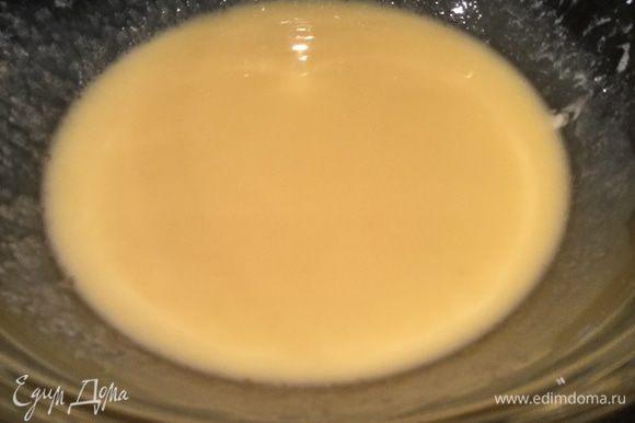 Духовку разогрейте до 190°С. Взбейте сливочное масло с сахаром. Добавьте яйца и ванилин, хорошо перемешайте.