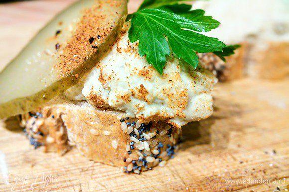 Можно выложить паштет на кусочек свежего багета, сдобрить соленым огурчиком.