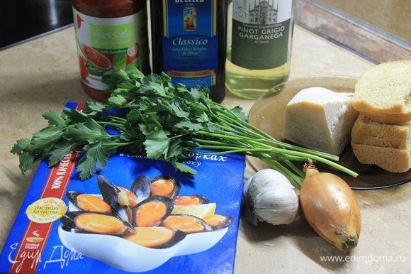 Для этого блюда в Италии используют свежие мидии в ракушках, но можно взять и замороженные, вкус блюда не пострадает. Начните с приготовления начинки. Залейте хлебные крошки молоком.