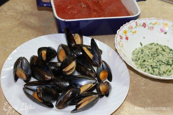 В форму для запекания налейте томатный соус. Мидии нафаршируйте подготовленной начинкой, закройте ракушку и закрепите ниткой, сделав несколько оборотов вокруг раковины.