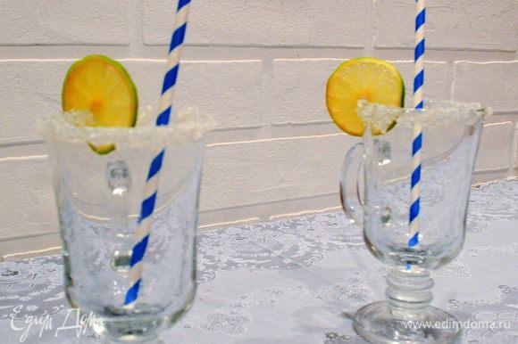 Если есть время и желание, украсим бокалы. Я выбрала классический вариант, сахарную корочку и кружочки лайма.