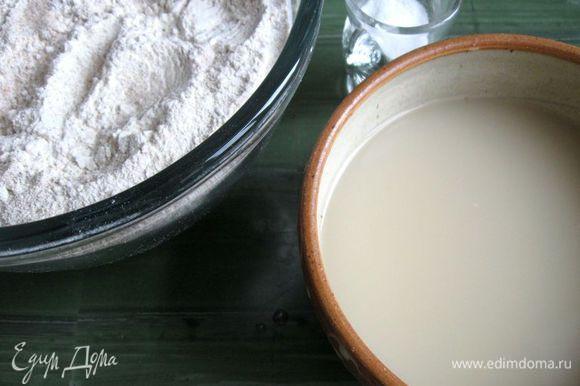 Дрожжи растворить в теплой воде, добавить мед. В муку добавить соль. Постепенно добавлять воду с дрожжами и медом в муку, перемешивая. Лучше сначала взять чуть меньше воды, потом добавить, если требуется. Добавить специи.