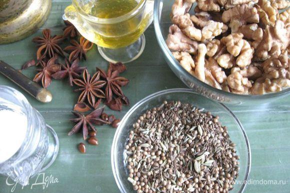 Растолочь в ступке семена аниса. Смешать специи (анис, кориандр, фенхель, тмин).