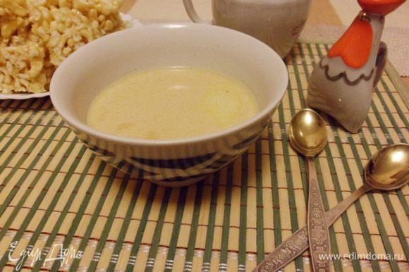 Посолить чай по вкусу, разлить по пиалам, положить в каждую кусочек сливочного масла и сразу же подавать к столу. Первую пиалу — самой старшей женщине за столом. Рахим итегез!