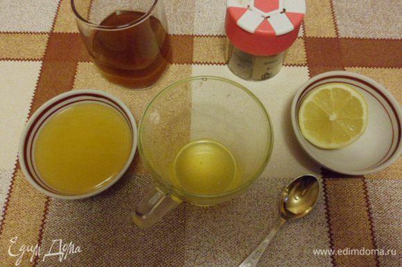 Воду вскипятить и заварить чай из расчета 1 ч. л. на персону, процедить. Прозрачную стеклянную чашку обдать горячей водой, положить мед, выжать лимонный сок, влить виски и горячий чай. Перемешать. С нетерпением ждем 3 минуты!