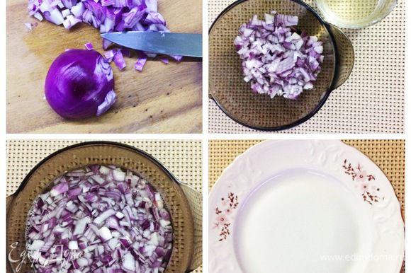 Лук чистим, мелко нарезаем и маринуем. Для маринада вскипятить воду с сахаром и солью. Снять с огня, влить 2 ложки уксуса (у меня яблочный). Полученный маринад влить в лук, накрыть тарелочкой и оставить до полного остывания. Когда остынет, откидываем маринованный лук на сито и даем всей жидкости стечь.