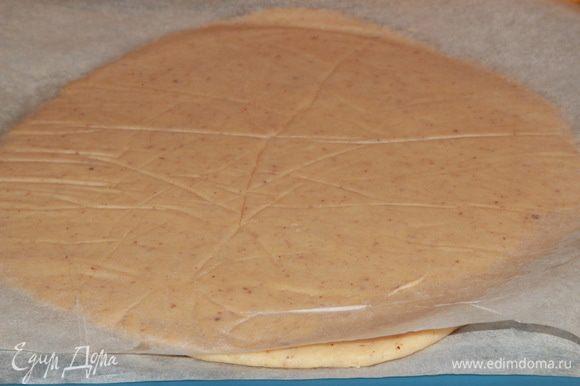 Затем раскатываем тесто между двумя листами пергамента в пласт толщиной около 5 мм. Отправляем в холодильник на 20 минут.