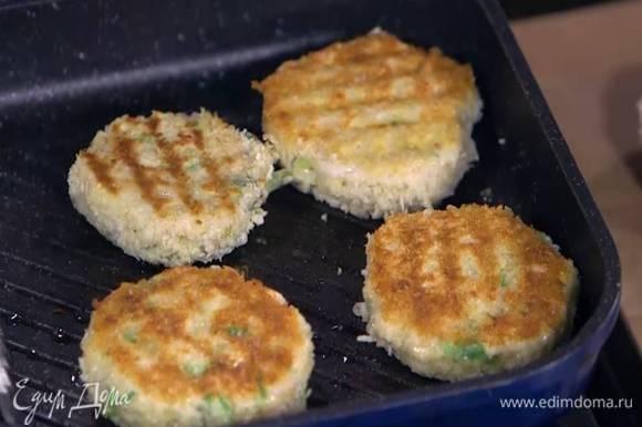 Разогреть в сковороде оливковое масло и обжаривать котлеты по 3 минуты с каждой стороны.