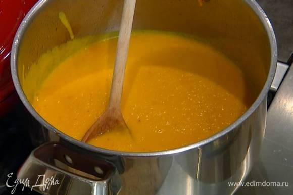 Готовый суп посолить, поперчить, перемешать и взбить в блендере, затем перелить обратно в кастрюлю и слегка прогреть.