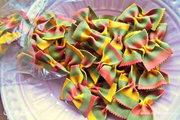 Фарфалле будем использовать трехцветные на семолине с натуральными добавками.