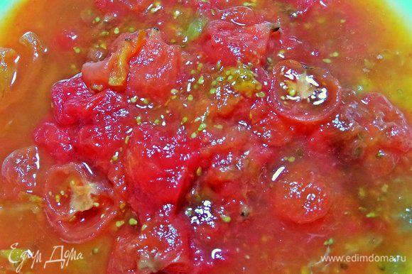 С томатов снять кожицу, порубить крупно. У меня из морозилки заготовка размороженная.