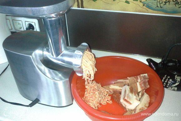 Свинину, говядину и сало перекрутить через мелкую решетку мясорубки.