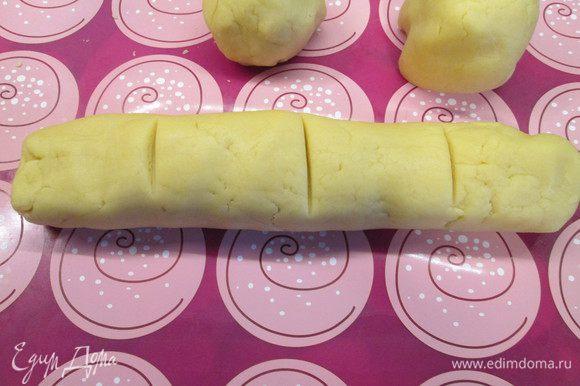 Откладываем кусочек для крестиков на яйца, а из остального теста делаем колбаску и делим ее на 4 части.
