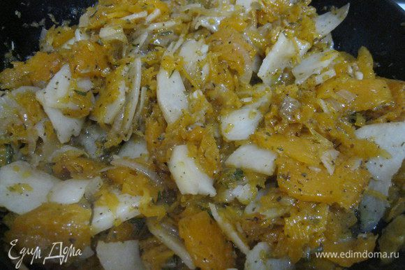 Нагрейте духовку до 180°С. Когда овощи станут однородно-кашеобразные и практически развалятся, переместите их в миску с яйцами, перемешайте. Сковороду протрите от остатков и смажьте сливочным маслом, вылейте в нее эту смесь. Поставьте на небольшой огонь и готовьте на огне 10 минут. Когда края начнут схватываться по бокам сковороды, аккуратно отодвиньте их лопаткой.