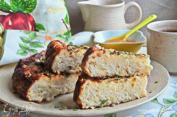 Пирог хорошо режется и держит форму, хотя не содержит муки.