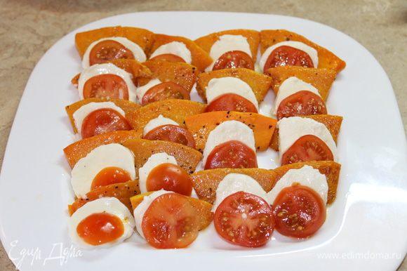 Собираем салат. На блюде выложите чередуя теплую тыкву, на тыкву моцареллу, ломтики помидоров, сдобрите крупной морской солью и молотым перцем.