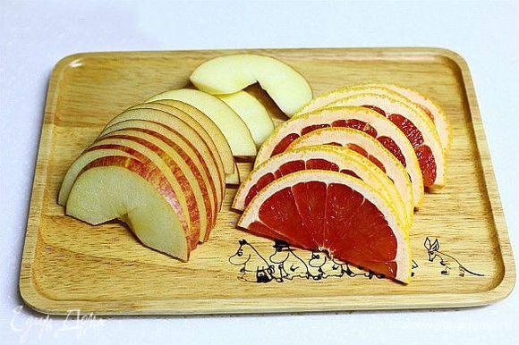 Нарезать грейпфрут и яблоко на дольки.
