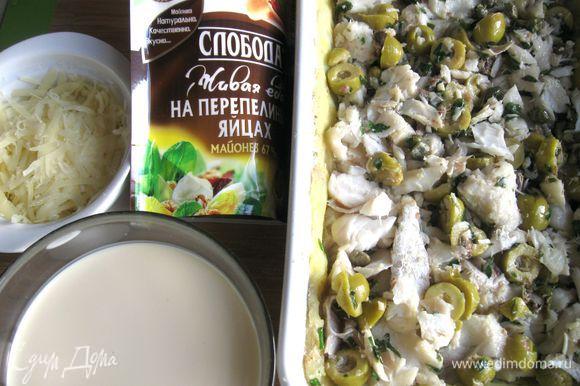 На него положить равномерно рыбу с оливками и каперсами, налить часть заливки.