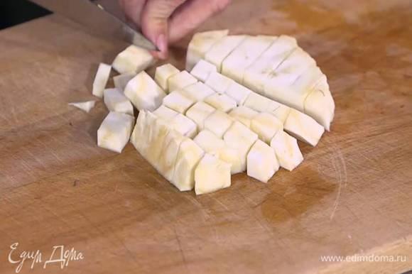 Корень сельдерея почистить, нарезать маленькими кубиками и добавить к луку.
