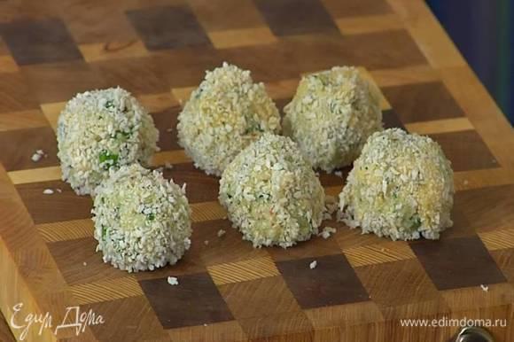 Из крабового фарша сформировать шарики, обмакнуть в яичную массу, затем обвалять в сухарях.