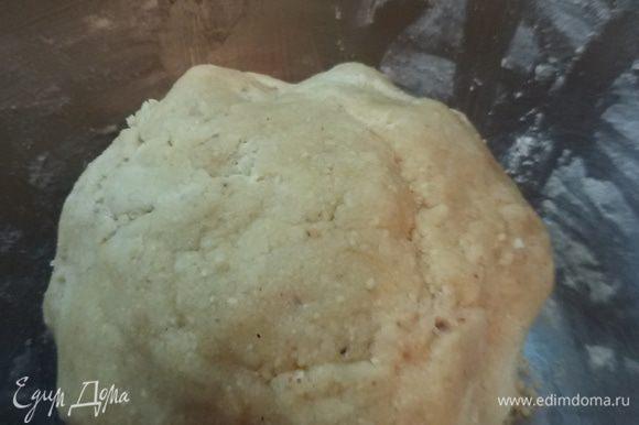К маслянисто-желтковой массе добавить перемолотый арахис и муку. Все хорошо перемешать. Скатать в шар, обернуть пленкой и положить в холодильник на 30 минут. Разогреть духовку до 190°С.