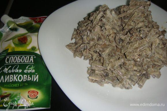 Салат перемешать и выложить на тарелку горками (сугробами ).