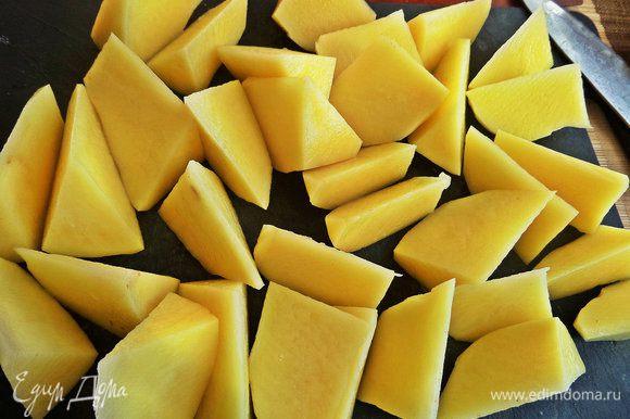 Картофель одновременно готовим для гарнира. Для быстроты сразу нарезать такими кусочками и сварить в подсоленной воде.