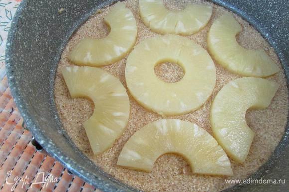 На карамельную основу, слегка вдавливая, выложить кружочки ананаса (у меня ушло 4 колечка).