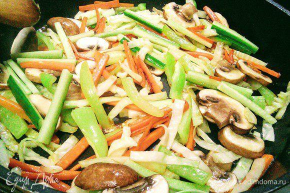 Огурец. Обжарить все овощи в течение нескольких минут.