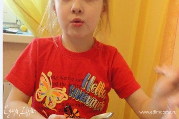Моя помощница терпеливо дождалась, когда тарталетки остынут и попросила присыпать их сахарной пудрой. Оценила на отлично. А устами ребенка глаголет истина!