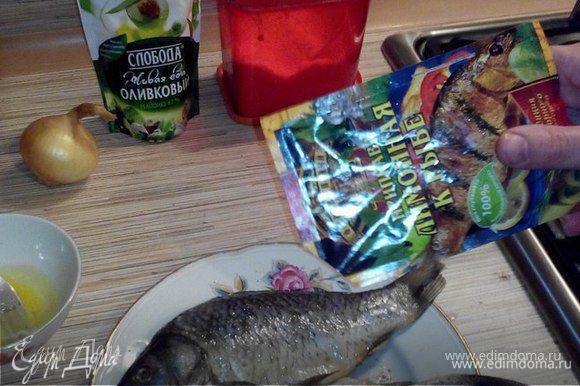 Тушки рыбы натереть солью и специями, оставить на 15 минут мариноваться.