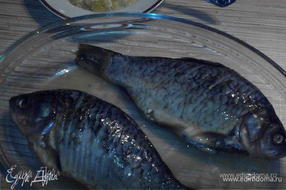 Затем обмакиваем тушки рыбы в яйце. И приступаем к жарке рыбы.