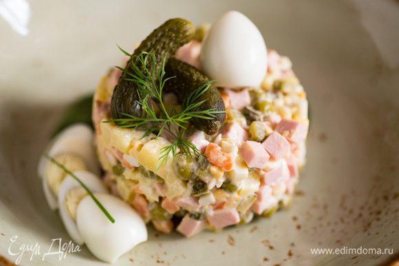 В салатнике смешайте картофель, морковь, яйца и докторскую колбасу. Уберите в холодильник. Перед подачей добавьте огурцы, зеленый горошек и мелко нарезанный укроп и лук. Затем добавьте майонез, поперчите и посолите, все тщательно перемешайте.