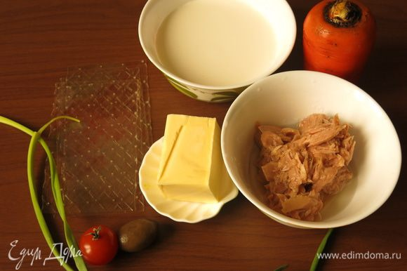 Подготовим консервированный тунец, марка Магуро, масло сливочное (у меня соленое, больше соль не добавляла), сливки 15%, морковь и свеклу, оливки, помидоры черри, зеленый лук.