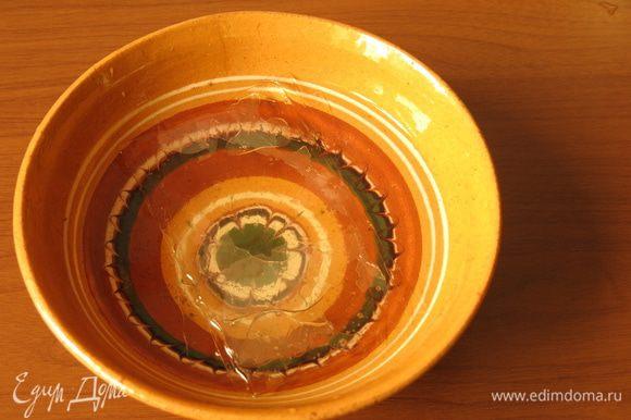 Заливаем листовой желатин на 5 минут очищенной водой.