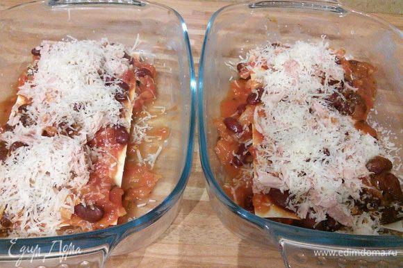 На дно формы выложить чуть соуса, далее лист лазаньи, соус, тунец, натертый сыр. Далее слоями. Обратите внимание на уголки лазаньи, они должны быть покрыты соусом.