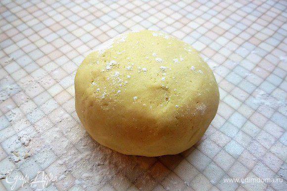 Скатываем тесто в шар, заворачиваем в пищевую пленку и убираем на 20 — 30 минут в холодильник.