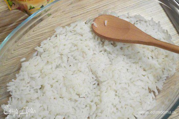 Начинаем собирать салат. Первым слоем укладываем рис.