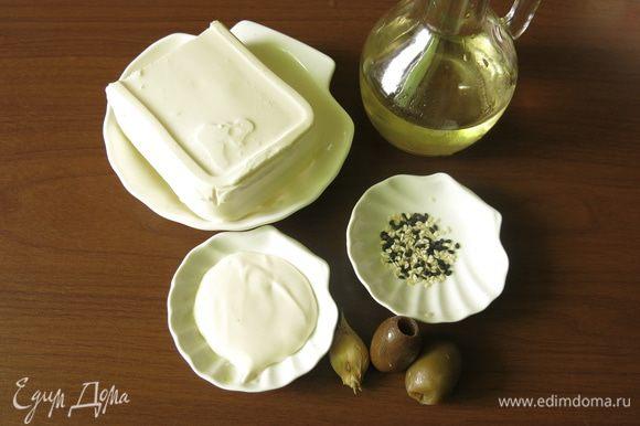 Подготовим компоненты по списку. Кунжут возьмем белый и черный. Выбрала кунжутную панировку не только по условиям конкурсного рецепта, но и потому, что кунжутное семя очень полезно, в его составе фитоэкстроген, антиоксидант сезамин, фитостерол, снижающий холестерин и другие полезные вещества. А растение неприметное, розоватые цветы, дающие коробочки с семенами.