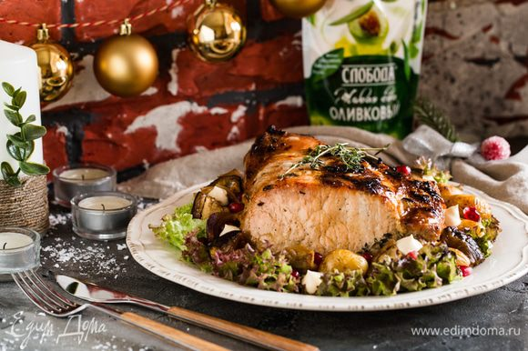 Запекайте мясо в фольге 1 час 10 минут при температуре 180 С, за 15 минут до окончания приготовления освободите мясо от фольги и немного прибавьте жар до 200 С (я включаю еще верхний гриль), тогда корочка получится хрустящей. Приятного аппетита и вкусного вам Нового года!