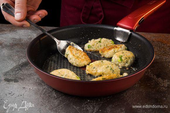 Разогреть в сковороде оливковое масло, ложкой выкладывать небольшие биточки и обжаривать с двух сторон до золотистой корочки.