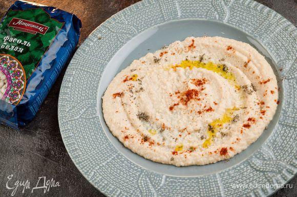 Готовое блюдо украсить сухими травами, оливковым маслом или зеленью.