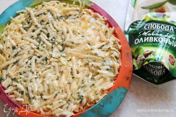 Картофельную массу выкладываем в форму для запекания. Сверху — сыр с яйцом и зеленью. Ставим в духовку на 180°С на 40 минут.