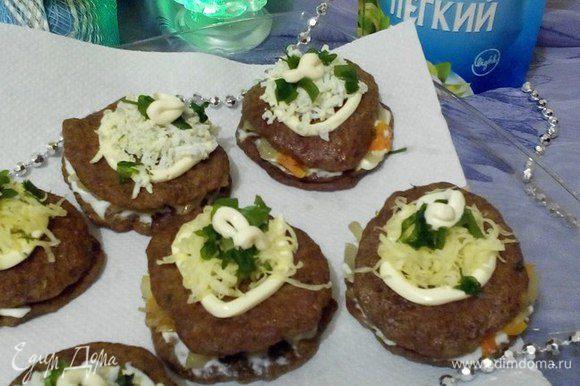 Украсить «слойки» можно по-разному, на свой вкус. В этот раз я сделала украшение из яиц, сыра и зелени в виде «сугробиков». Закуска из печени готова. Приятного аппетита!